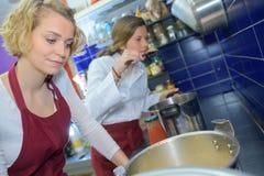 Matlagning för stora mål royaltyfri fotografi