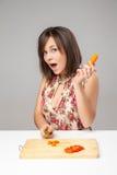 Matlagning för ung kvinna i köket arkivbild