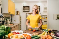 Matlagning för ung kvinna på recept, sund bio mat royaltyfri fotografi