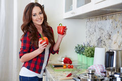 Matlagning för ung kvinna sund mat royaltyfria foton