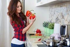 Matlagning för ung kvinna sund mat arkivfoton