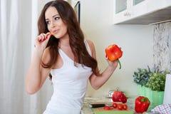 Matlagning för ung kvinna sund mat arkivbilder