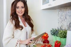 Matlagning för ung kvinna sund mat royaltyfria bilder