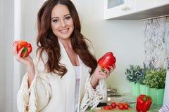 Matlagning för ung kvinna sund mat royaltyfri bild