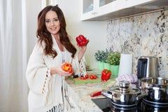 Matlagning för ung kvinna sund mat arkivfoto