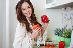 Matlagning för ung kvinna sund mat royaltyfri foto