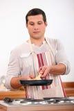 Matlagning för ung man Royaltyfri Foto