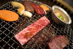 Matlagning för Wagyu japansk nötkött A5 på en gallerugn Arkivbild