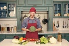 Matlagning f?r f?rkl?de f?r mankockkl?der i k?k Vegetariskt recept f?r mankock med nya gr?nsaker Vegetarian bantar begrepp fotografering för bildbyråer