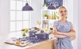 Matlagning f?r ung kvinna i k?ket sund mat royaltyfri bild