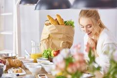 Matlagning f?r ung kvinna i k?ket sund mat arkivfoton