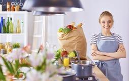 Matlagning f?r ung kvinna i k?ket sund mat royaltyfria bilder