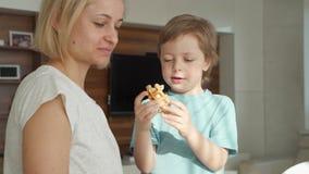 Matlagning f?r ung kvinna svamlar i k?k, och den gulliga pojken hj?lper henne E arkivfilmer