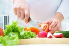 matlagning hands salladgrönsaker arkivfoton
