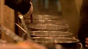 Matlagning i det sausepan arkivfilmer