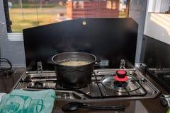 Matlagning i en campare arkivfoton