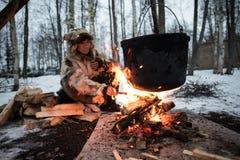 Matlagning i en kruka på branden arkivbild
