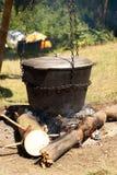 Matlagning i en stor kruka på branden royaltyfria bilder