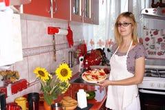 Matlagning i ett modernt kök royaltyfri foto