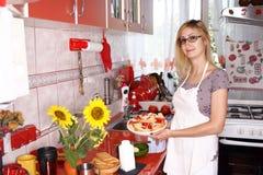 Matlagning i ett modernt kök royaltyfri bild