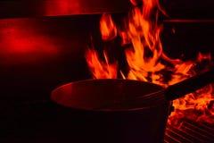 Matlagning i flammorna på gallret Arkivfoto