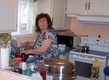 Matlagning i köket arkivbild