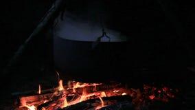 Matlagning i kittel över brand stock video