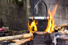 Matlagning i kitteln som slickas av flammor på öppen brand fi Royaltyfria Foton