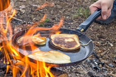 Matlagning i lägret på öppen luft fotografering för bildbyråer