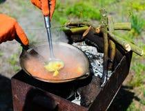 Matlagning i naturpicknickkruka på ett vedträ royaltyfri fotografi