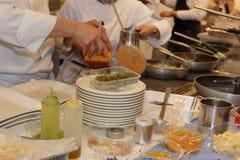 Matlagning inom Restaurant& x27; s-kök, pannor och kock med likformign fotografering för bildbyråer