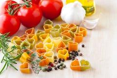 Matlagning med förälskelse. Ingredienser för italiensk kokkonst: hjärta formar arkivbild
