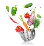 Matlagning med grönsaker arkivbild