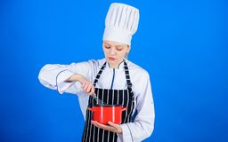 Matlagning med inspiration E r royaltyfri foto