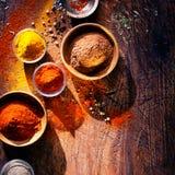 Matlagning med kryddor i ett lantligt kök royaltyfri bild