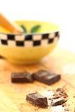Matlagning med mörk choklad Arkivfoto