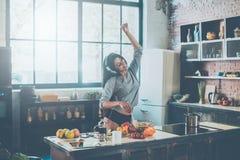 Matlagning med passion Royaltyfri Bild
