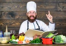 Matlagning med passion Sund matmatlagning Mogen hipster med skägget Kulinarisk kokkonst vitamin skäggig lycklig man royaltyfri fotografi