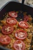 Matlagning med röda nya tomater Royaltyfri Bild