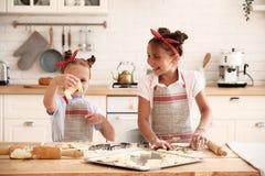 Matlagning med ungar royaltyfri bild