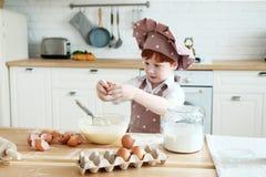 Matlagning med ungar fotografering för bildbyråer