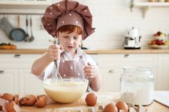 Matlagning med ungar arkivbild