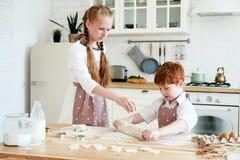 Matlagning med ungar arkivbilder