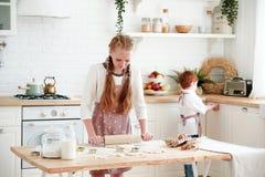 Matlagning med ungar royaltyfri fotografi