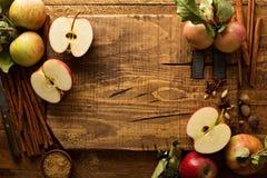 Matlagning och bakning med äpplen Fotografering för Bildbyråer