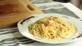 Matlagning och mat som utformar en spagetticarbonarareceipt stock video