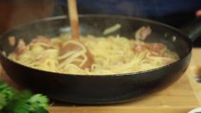 Matlagning och mat som utformar en spagetticarbonarareceipt lager videofilmer