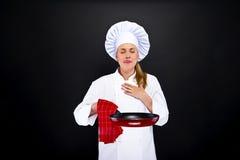 Matlagning- och matbegrepp - kvinnlig kock över mörk backgro arkivfoton