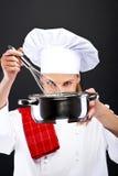Matlagning- och matbegrepp - kvinnlig kock med poy och skeden arkivfoto