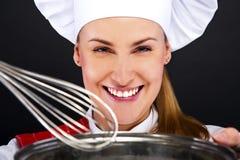 Matlagning- och matbegrepp - le den kvinnliga kocken arkivfoto